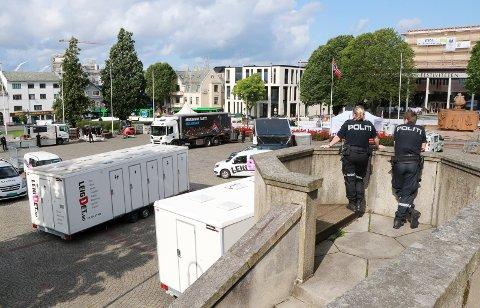 FYLLER OPP: Hektisk aktivitet på Rådhusplassen før det braker løs.