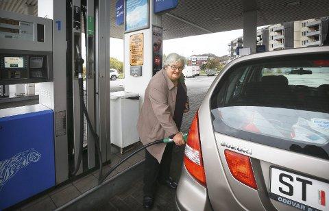 Betyr lite: For Solfrid Nygaard vil ikke økt bensinpris ha mye å si. Foto: Tom Melby