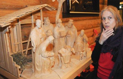 HELDIGVIS PÅ PLASS: Gry Orfei Solbraa stusser i fem sekunder over den tomme krybba, men ser til sin lettelse at Jesus ligger i Marias armer. Det viktigste er med andre ord på plass før gudstjenesten på julaften.Foto: Tor Martin Leines Nordaas