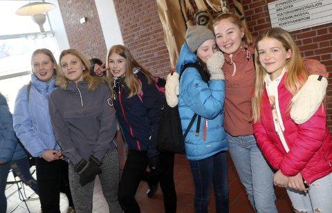 Gjensyn: Sara Edvinsen, Therese Granhaug, Frida Mjåvatn Henriksen, Malin T. Svendsen, Julie Aune og Sunniva Bjørnå i 9. klasse har sett «Psychobitch» to ganger. Tirsdag var det skolevisning for 200 ungdomsskoleelever i Mosjøen kino. Foto: Stine Skipnes