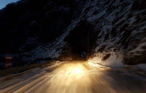 STENGER IGJEN: Torsdag morgen starter entreprenøren arbeidet med å sikre fjellet ved Falkebergtunnelen. Derfor holdes veien stengt på ubestemt tid.