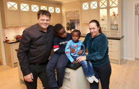 ENDELIG HJEMME: Endelig har Lucas kommet hjem til familien sin i Norge. Fra venstre er pappa Øystein Ingilæ, storebror Michael (7), Lucas (3) og mamma Trine Ingilæ.