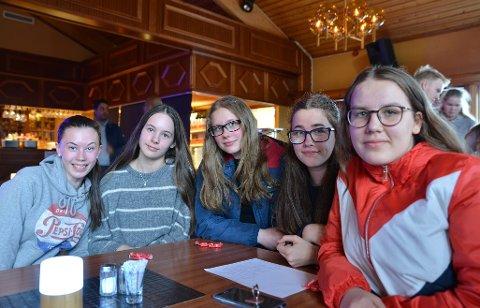 ENGASJERT: (f.h) Runa Rølåsen (15), Amelia Kosciow (14), Frøya J. Mathisen (13), Emma Larsen (13) og Eirin Larsen (16) er alle opptatt av dans og ønsker seg eget studio.