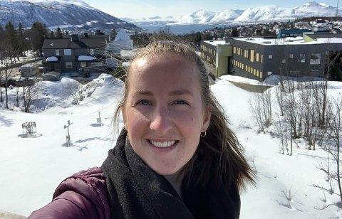 TYPISK VÅR: Statsmeteorolog Pernille Borander på taket av værvarslinga i Tromsø den 10. mai 2020. - Det ser helt likedan ut her i dag, sier Pernille den 1. mai 2021.