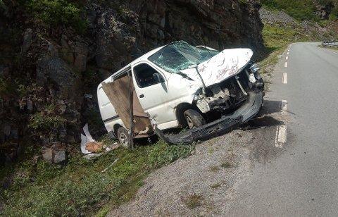 STORE SKADER: En bil i Gamvik har fått seg en skikkelig smell i helga.