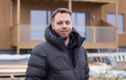 TRIVES: Torjus Gaski Brevik forteller at han trives godt i å være en del av boligbransjen i Vadsø.