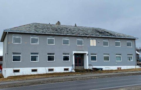 MÅ VIKE: Nå er det klart hva som skal bygges her. Istdenfor det gamle utdaterte herredshuset, kommer et topp moderne bygg tilpasset dagens standard.
