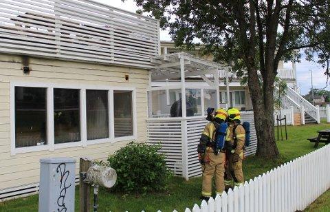 To røykdykkere undersøker festlokalet for å sikre at brannen er slukket.