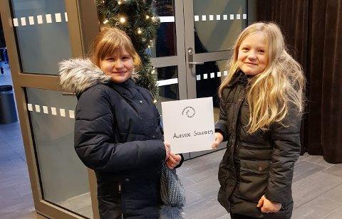Eira Emilie Mosserud-Haavardsholm (t.v) og Hermine Sørensen Korsmo fikk gleden av å motta gaven fra Sparebankstiftelsen DNB på vegne av Aurskog skolekorps. Foto. Privat