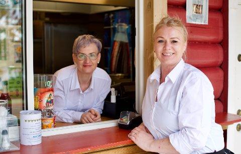 SATSER: Daglig leder i Gansvika Servering AS, Iveta Caikauskiene (t.v) og styremedlem Erika Grunt-Meeriene starter catering i det gamle restaurantkjøkkenet.