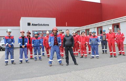 LØFTER MOTIVASJONEN: Tillitsvalgt Linda Sandholm Nybakk, sammen med Marko Helminen i front, er fornøyde med å ha fått enda oppdrag på Aker Solutions i Sandnessjøen. Her avbildet ved en tidligere anledning.