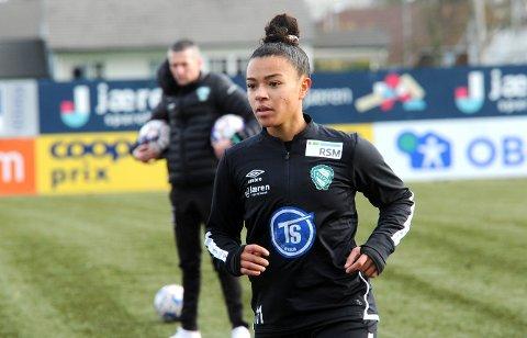 STARTER: Marie-Yasmine Alidou d'Anjou er en av de 11 utvalgte Klepp-spillerne som skal prøve å slå Arna-Bjørnar. Trener Nick Loftus i bakgrunnen.