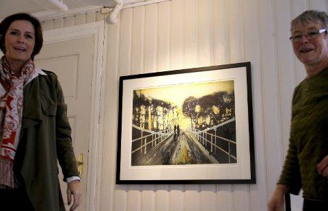 FIKK KONTAKT: Renate Spieler (til v.) og Dorthe Herup var fredag i gang med å henge opp litografiene og etsningene til kunstneren Frank Brunner, som idag skal åpne utstillingen i Holmestrand Museum. Foto: Lars Ivar Hordnes