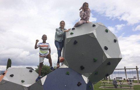 GODT MOTTATT: (Fra v.) Mikias, Vanesa og Natalie koser seg med klatremulighetene på den nye klatreskulpturen på Dulpen. Foto: Lars Ivar Hordnes