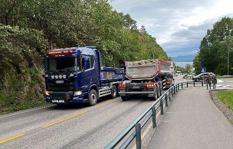 TRAFIKKTRØBBEL: Den blå lastebilen fikk problemer i Nyveien.