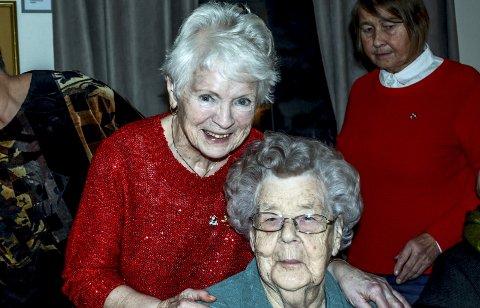 Inger Berit Knudsen og Irene Simonsen er henholdsvis oldemor og tippoldemor til ei lita jente som heter Alma.