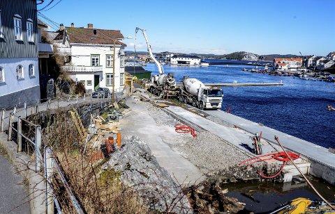 Ny betong: Arbeidet med brygga og veien langs Barthebrygga pågår for fullt. Går alt etter planene vil anlegget stå  ferdig til St. Hans.