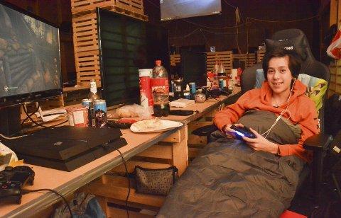 Sove: Simon Nilsen fra Helle har sovet lite, i likhet med andre deltakere under Dikulan i samfunnshuset på Sannidal denne uka.