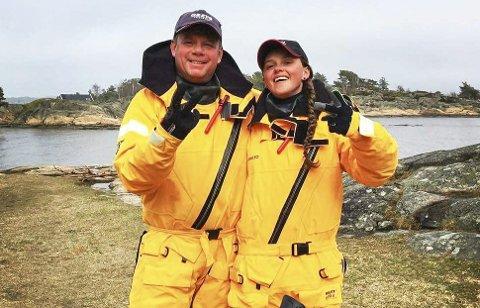 Testet: Sten Ihlebakke (50) og Elin Ellingsvik Vegerstøl (23) tester utstyr og klær de skal seile i fra Nordkapp til Halden.Foto: Privat