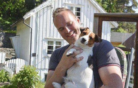 Henning og Bella er gode venner. Henning Taraldliens lille uteplass er full av sjarm, og gjenbruk er et stikkord.