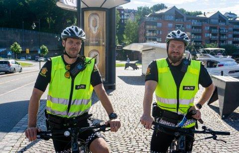SYKKELPATRULJE: Stian Hovland og Leif Ragnar Berge tilbringer sommeren på to hjul. Her fotografert ved en tidligere anledning i Skien.