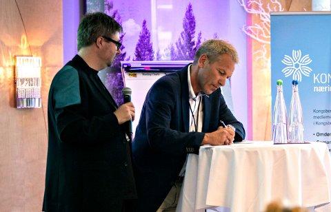Sponsor: Underskriving av sponsoravtale mellom Kongsberg Gruppen og Kongsberg Jazzfestival i 2014. Kai Gustavsen, festivalsjef og Johnny Løcka, konserndirektør i KOG.