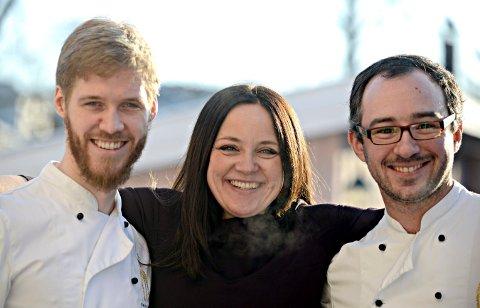GOD ENERGI: Daglig leder for Glogerfestspillene Margit Åsarmoen, er glad for at kokkene også har blitt en del av festspillene. Stephen Trotter (t.v.) og Pedro Barrera er med i Glogerfamilien.