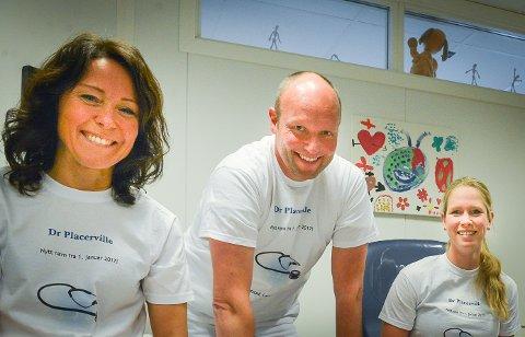 FLYTTER: Fastlegene Laila Røise, Olav Aandstad og TorilNarumJaren fotografert da da legekontoret byttet navn til Dr Placerville. Neste år flytter de inn i 1. etasje på S9.