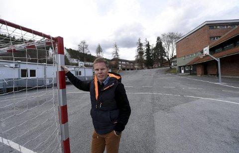GLAD: Per Olve Tobiassen, lederen i idrettsrådet har sprettet sjampisen etter vedtaket i UKO onsdag kveld. Nå blir det idrettshall til 33. millioner kroner på Vestsiden.