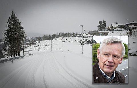 Veien inn til Gamlegrendåsen terrasse var ferdigstilt i sommer. Daglig leder i Kongsberg tomteselskap, Øyvind Holm (innfelt), legger seg langflat for at de ikke har søkt før veien ble bygget.