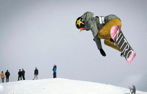 Ener: Silje Norendal i aksjon i fredagens slopestylefinale i Laax Open, der snowboardstjernen tok sin første verdenscupseier. Foto: Gian Ehrenzeller, Keystone via AP / NTB scanpix