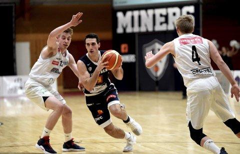 I GODT SLAG: Juyan Ferrales (med ballen) er tilbake i godt slag og kommer til å bli viktig for Miners i sluttspillet.ALLE FOTO: OLE JOHN HOSTVEDT