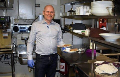 HOTELL I SÆRKLASSE: Direktør Geir Aage Tveito vil gjerne gi et tilbud til de som trenger det, og holder derfor Gyldenløve hotell åpent - og gjør alle arbeidsoppgavene selv.