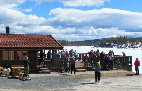 NASJONALDAGEN: En del folk tilbragte et par timer 17. mai i Fagerfjell skisenter.