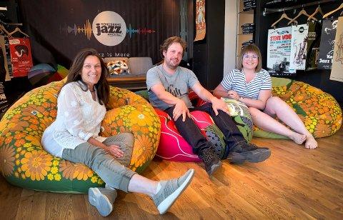 Kongsberg jazzfestival har satt sitt preg på lokalene i den tidligere klesbutikken på Nymoen. Fra venstre: Kjersti Wøllo, Truls Liang og Celina Stokes.