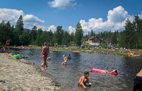 Saggrendadammen: Mange tok turen til Saggrendadammen i løpet av de varme dagene i juni.