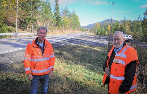 I MAI: Hans Olav Dalen (t.v.) og Svein Borgen i Statens vegvesen arbeider med bomflyttingen.