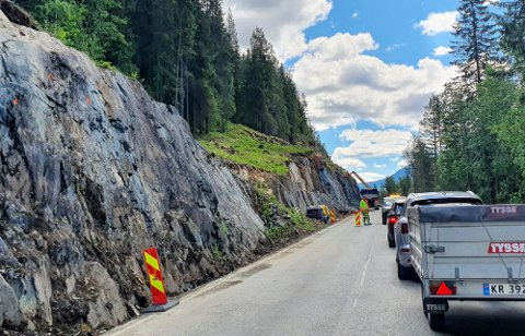 BLE STENGT: Det var under rensing og sikring langs fylkesveien gammelt sprengstoff ble oppdaget. Bildet er tatt tidligere i sommer.