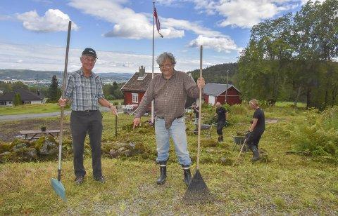Der er plassen: Erik Jølberg (t.v.) og Knut Olaf Kals er sikre på at midt mellom dem, med utsikt over 'Lierbygda, barndomshjemmet sitt og alle som ferdes på Årkvisla både med og uten ski, er det perfekte stedet for Thorleif Haug-statuen.