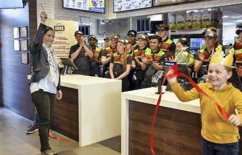 Og da var vi i gang: Ordfører Gunn Cecilie Ringdal klippet over båndet og markerte at Burger King på Kjellstad er åpnet.