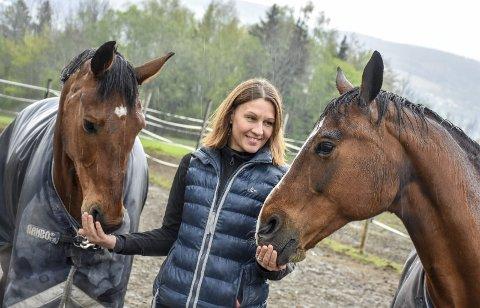 Glad i hestene: Elisabeth tar seg gjerne god tid til å gi hestene oppmerksomhet. Her med sin egen Tammo (til høyre) som hun beskriver som en misforstått konkurransehest, og Ramira. FOTO: Cecilie Johannessen