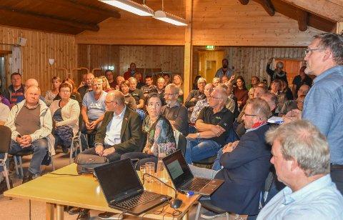 Trafikksikkerhetstiltak: For innbyggerne var det ikke mye nytt som kom fram under møtet på Engersand, men SVVs Anders Hagerup (helt til høyre i bildet) kunne fortelle at det skal bli gjort trafikksikkerhetstiltak, og at arbeidet starter alt i høst.