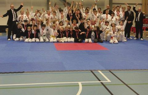 Alle i NNM: Gruppebilde av alle deltakere i nordnorsk mesterskap i Steigen sist lørdag. Vågan taekwondo- og hapkidoklubb deltok med 20 utøvere, som er rekordmange for klubben i NNM.Alle foto: Privat