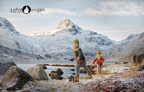 Sandra Gundersen står for et av 18 bidrag som skal representere Norge i World Photographic Cup. Hennes fotografi viser hennes egne gutter løpe i Lofotnatur i Rolvsfjorden i Valberg.