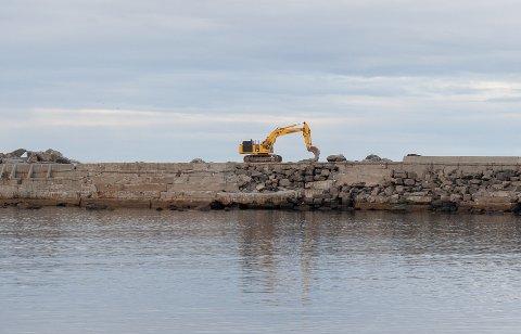 Moloen i Laukvik er nå blitt forsterket med 1000 tonn stein.