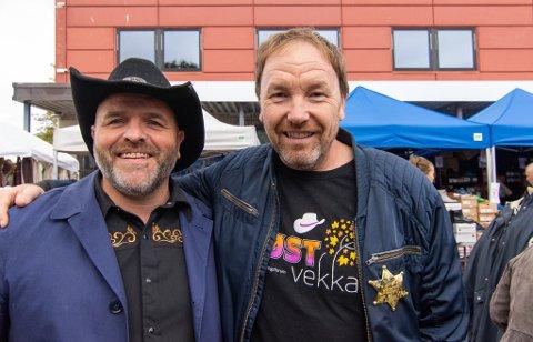 Geir Kristian Johansen (til høyre) ble tildelt årets sheriff-prisen av Lofoten countryfestival. Bjørn Håkon Liland (til venstre) har fått prisen tidligere.