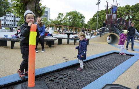 BETENKT: Kasper på 5 år ved kjeglen som innimellom står over den ødelagte delen av trampolinen på den populære lekeplassen på Kirketorget i Moss.