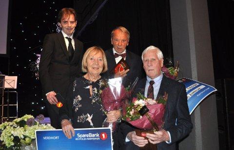 KOMMUNAL HEDERSFEST: Kulturprisen for 2018 ble tildelt Anne-Lise Gjøstøl, Olav Hansen og Gunnar Walter R. Johansen (bak). Til venstre: Kulturutvalgets leder, Øivind Tandberg-Hanssen.