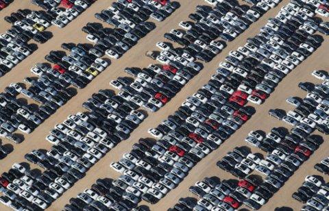 Denne lagringsplassen ligger i ørkenen i California. Bilene står tørt, men er utsatt for mye sollys.