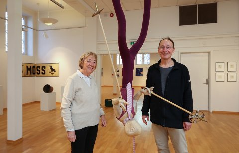 SKULPTUR: Moss Kunstforening åpner utstilling med seks mossekunstnere i anledning byens 300-årsjubileum. Nestleder Anne-Lise Gjøstøl og Ary Ketting som er én av utstillerne.